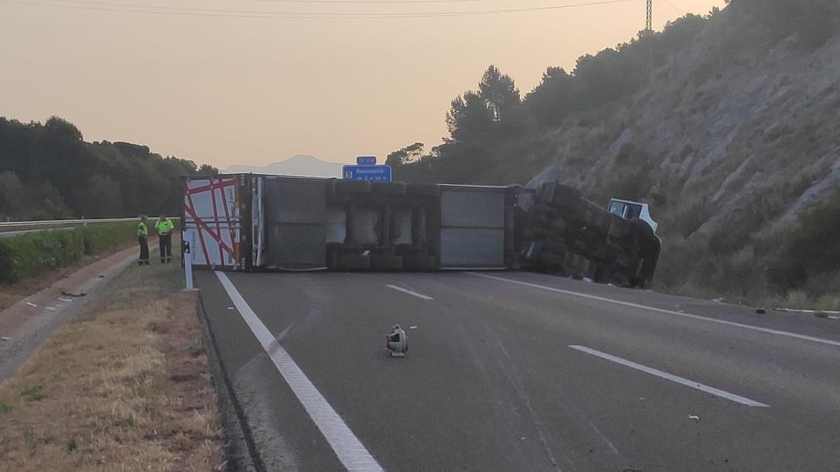 Imagen del camión volcado en la AP-7