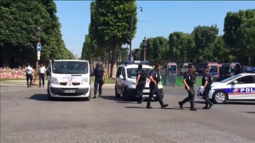 Un coche lleno de explosivos embiste un furgón policial en París