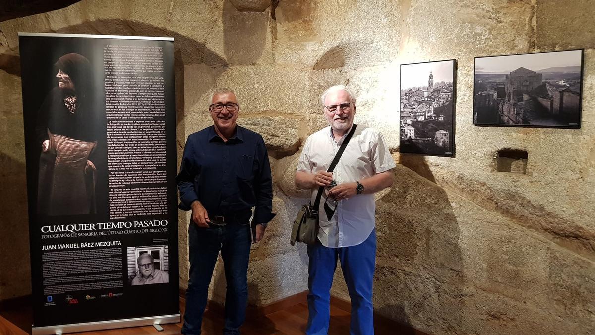 José Fernández y Juan Manuel Báez en la inauguración de la exposición.