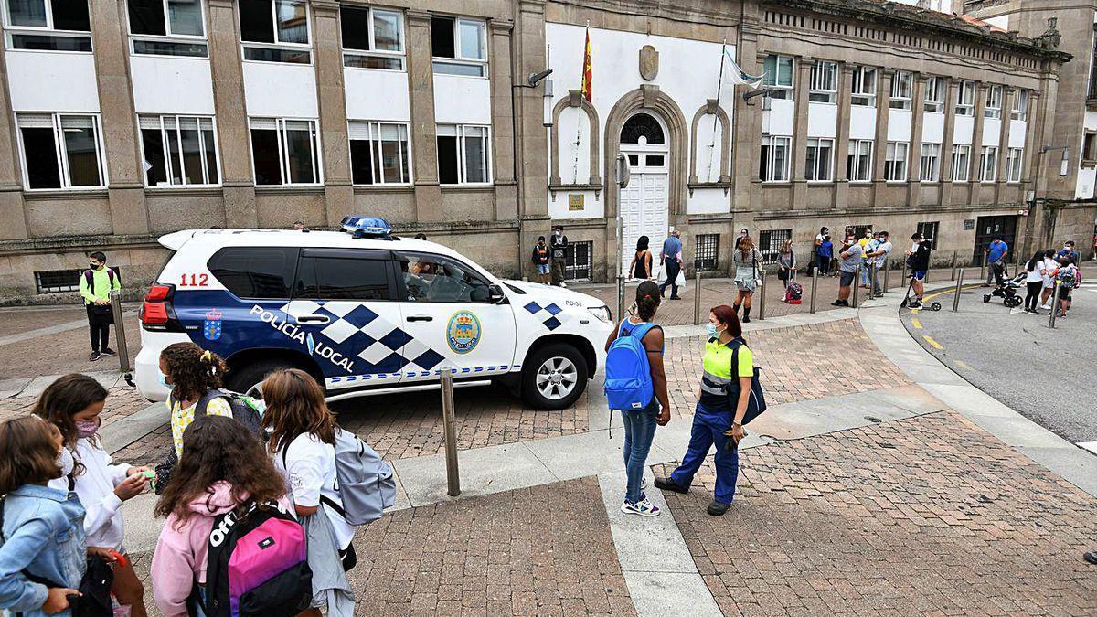 Policía Local de Pontevedra patrullando por el entorno del colegio Froebel.