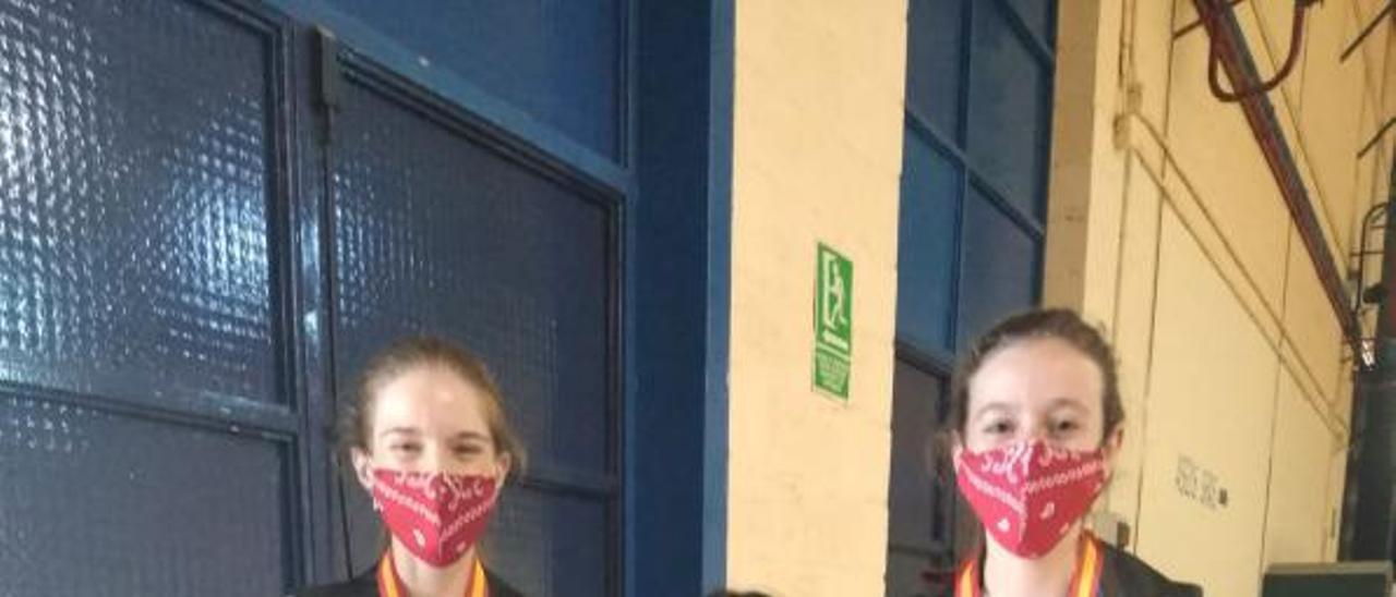 Balaguer entre Laura Oria y Victoria Andrés. | LEVANTE-EMV