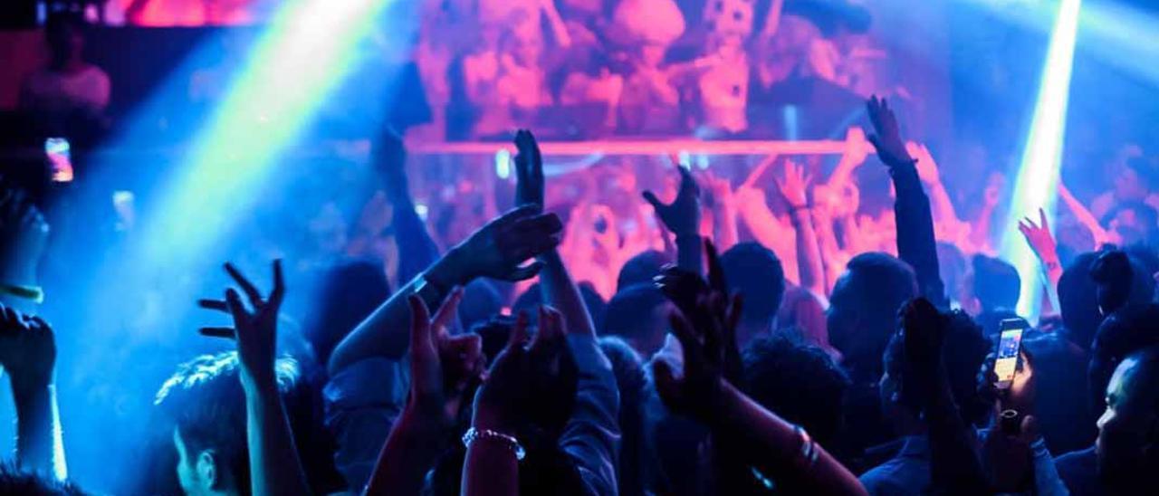 Los asistentes a una de las fiestas de una discoteca en Ibiza en la pista de baile, en una imagen de archivo.