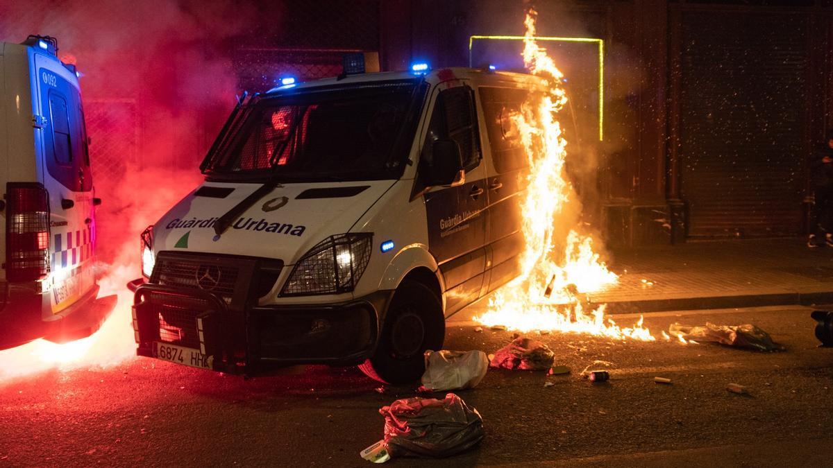 El furgón de la Guardia Urbana incendiado durante los disturbios en Barcelona
