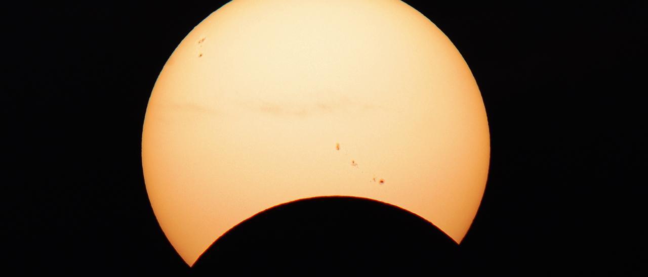 Archivo - Eclipse solar parcial visto el 21 de agosto de 2017 desde Canarias
