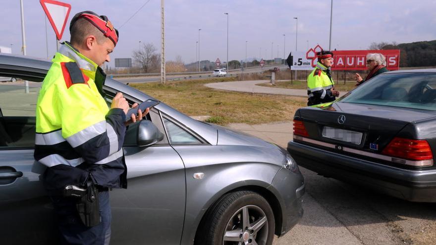 Denuncien 8.200 conductors per fer servir el mòbil o distreure's
