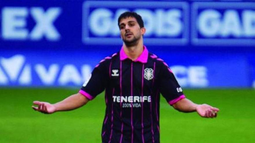 Carlos Pomares abre los brazos en señal de lamento durante un partido de la primera vuelta.