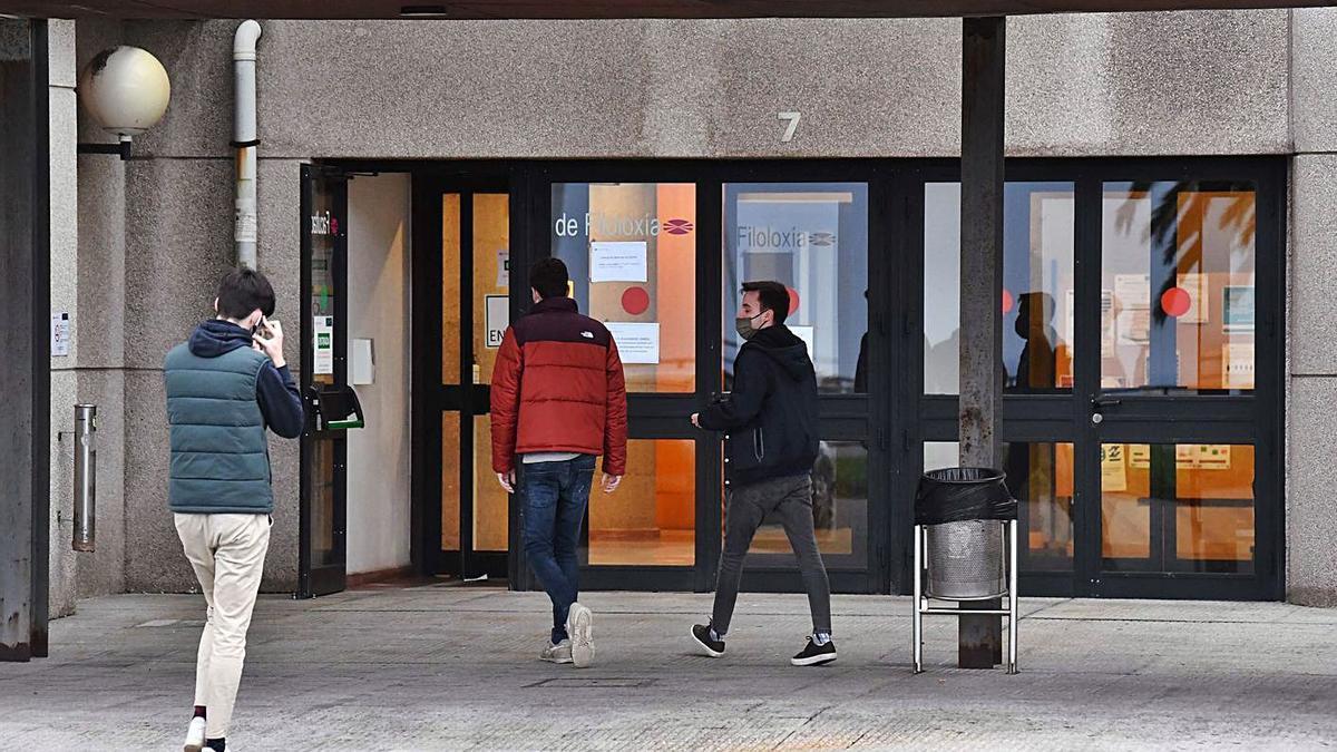Alumnos entrando en la facultad de Filoloxía .   | // VÍCTOR ECHAVE