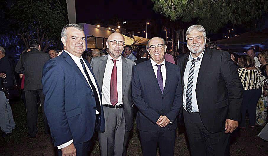 Los tres representantes del Banco Sabadell, Fernando Canós, Francisco Sales y Pedro Ballester, con el director general de gestión de Prensa Ibérica, José Manuel Atiénzar.