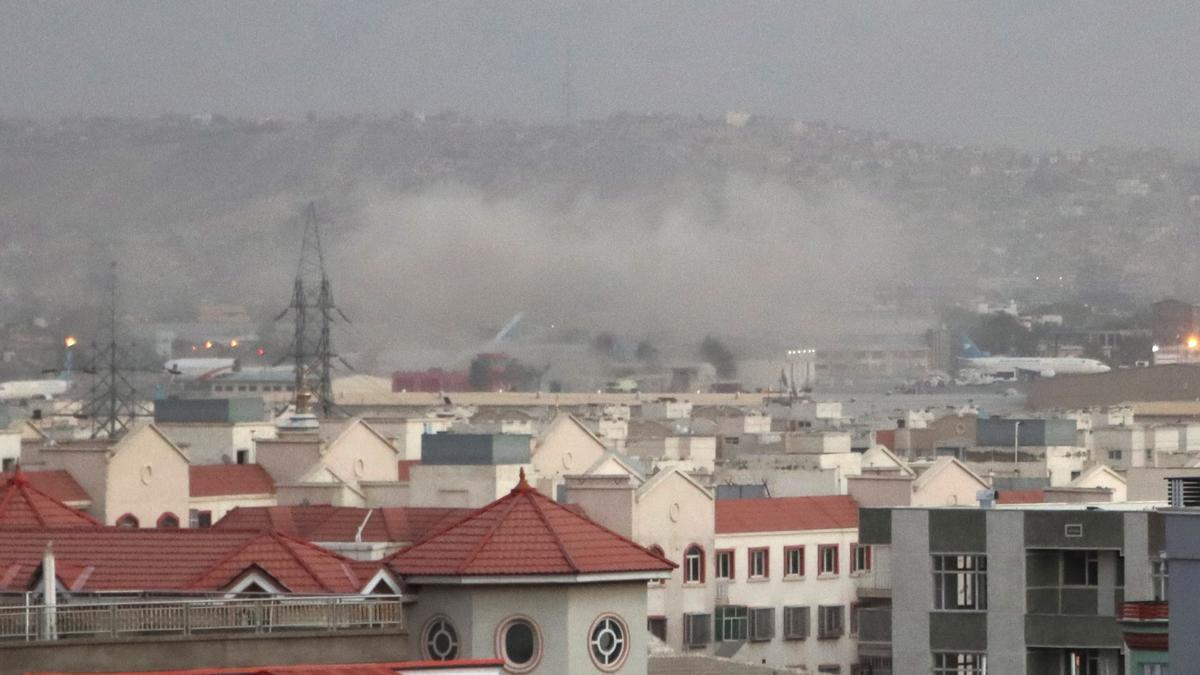 El humo inundó el aeropuerto de Kabul tras la explosión.