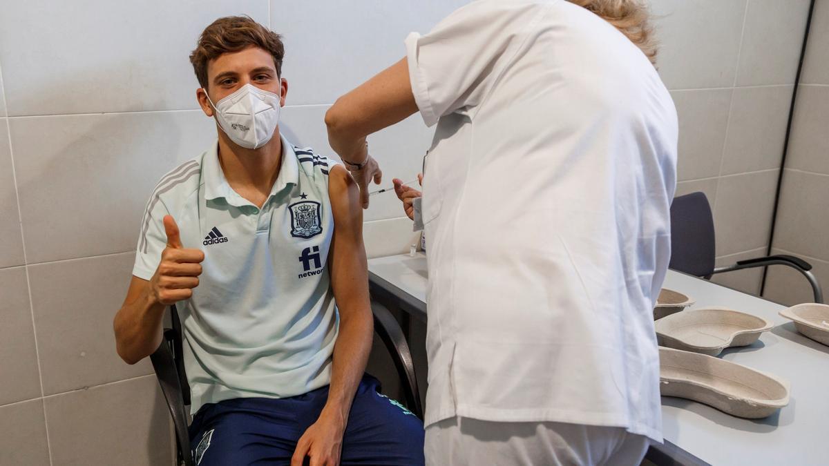 Los jugadores del Villarreal CF, Pau y Gerard Moreno, recibiendo la vacuna por parte del personal médico del Ejército ayer en la Ciudad del fútbol de las Rozas.
