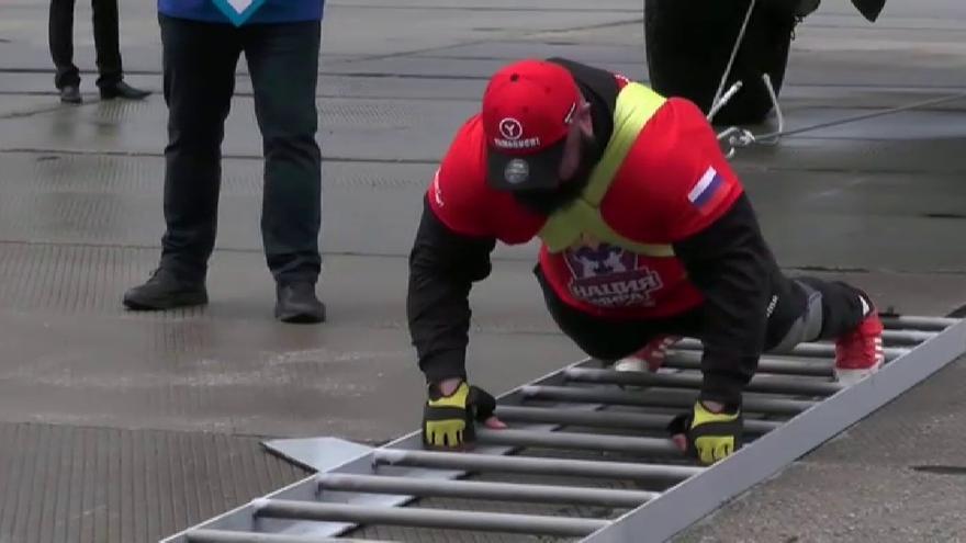 Un levantador de peso ruso logra un récord tras arrastrar un avión militar solo con su cuerpo
