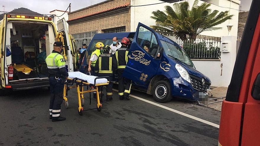 La conductora de una guagua con 11 escolares se desmaya y choca en Marzagán