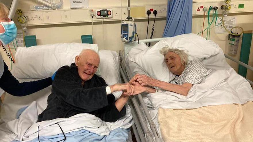 Una parella d'ancians s'acomiada a l'hospital abans de morir després de passar 70 anys junts