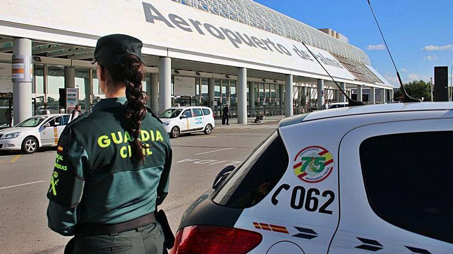 Arrestan en el aeropuertoa un senegalés con un ordenador y móviles robados
