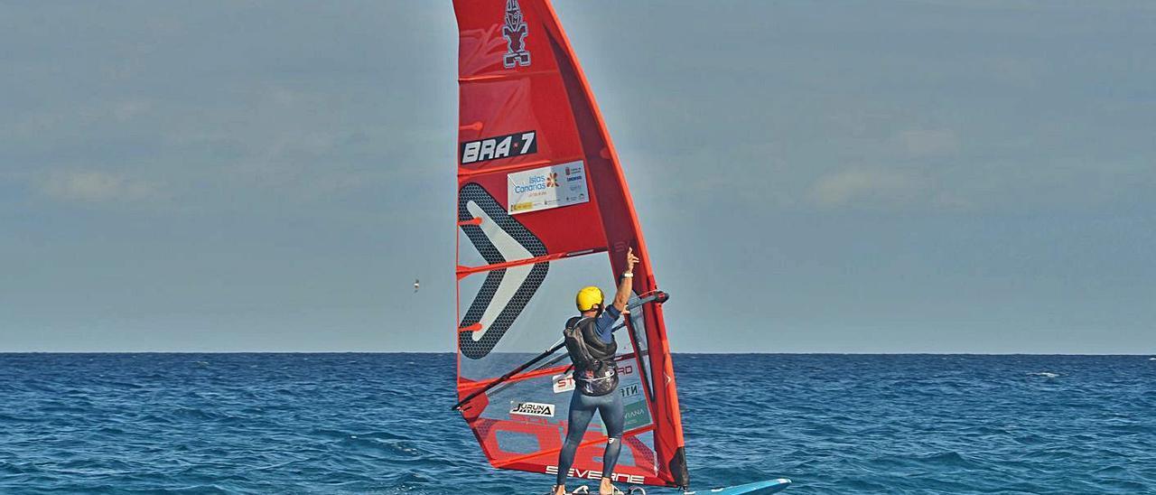 El brasileño Mateus Isaac, ganador del primer Foil Challenge, sobre su tabla en las aguas de Lanzarote. | | LEANDRO BETANCOR