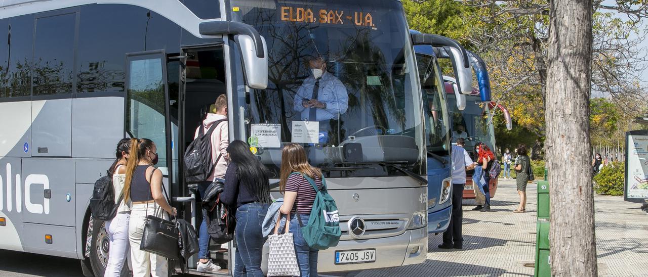 Alumnos de la Universidad de Alicante subiendo a un autobús