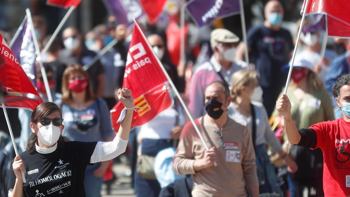 Participantes en la concetración del 1 de mayo en València, esta mañana a las 11.00 horas.