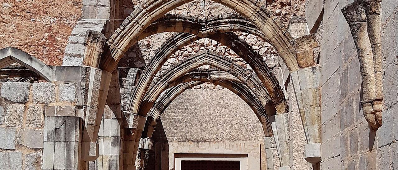 Los arcos góticos del claustro del cenobio cisterciense de Simat donde se han instalado las nuevas sujeciones.   LEVANTE-EMV