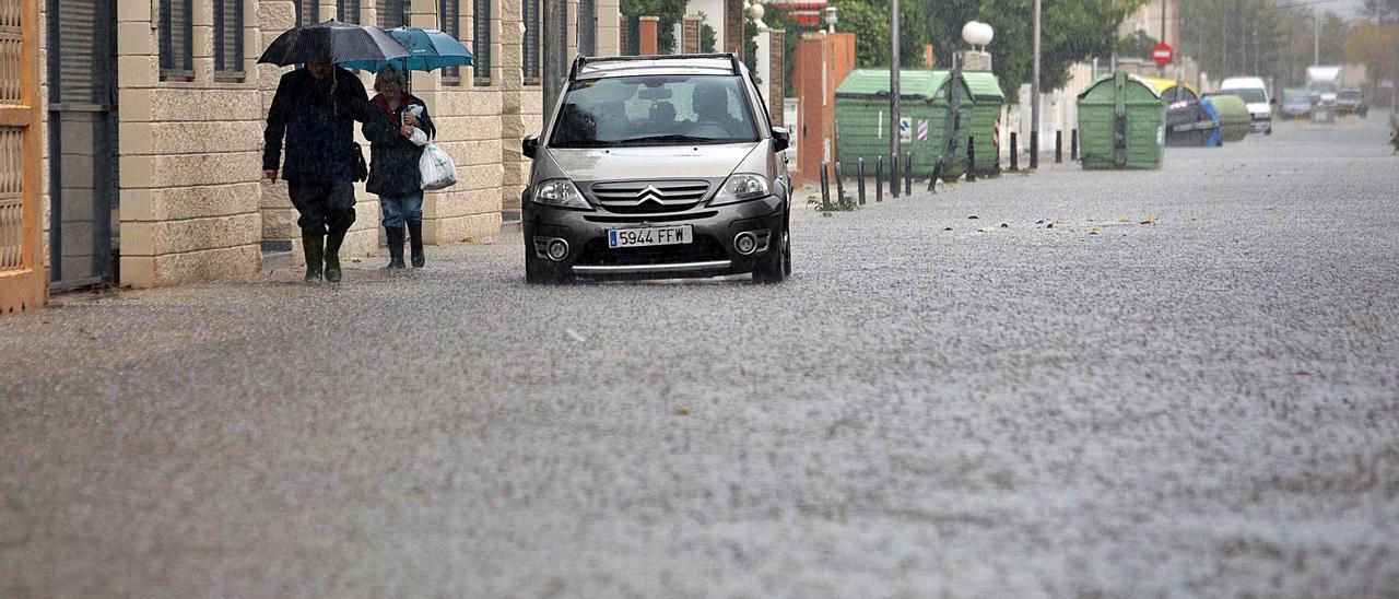 Una calle de la playa de Gandia inundada durante las fuertes lluvias ocurridas en la jornada estival del 15 de agosto de 2018. | NATXO FRANCÉS/EFE