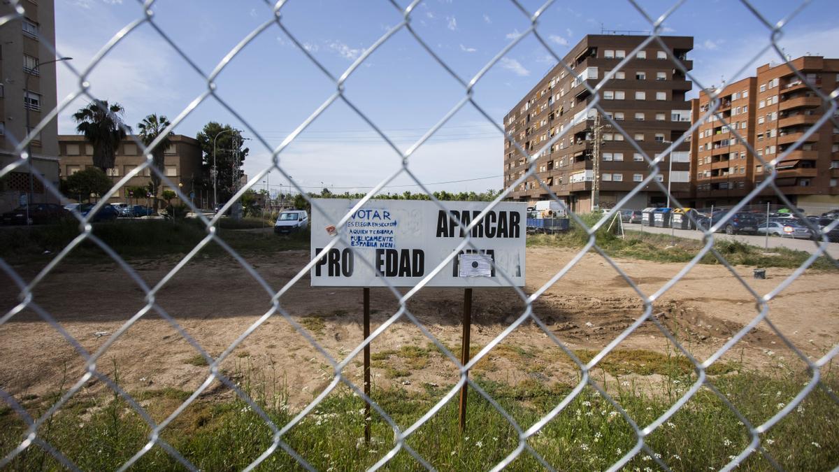Detalle de los terrenos de Metrovacesa que ya ha comenzado a vallar la promotora.