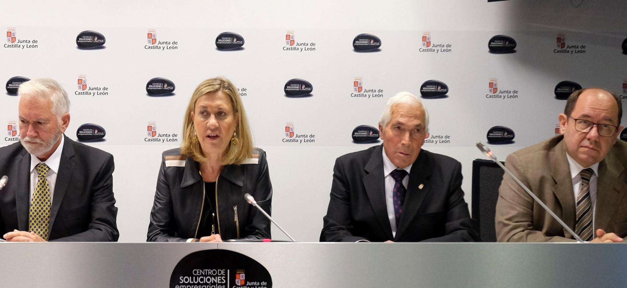 Macario Fernández, la exconsejera Pilar del Olmo y el alcalde de Villabrázaro, Dorsey García, en la presentación del proyecto de la planta de aluminio en Valladolid