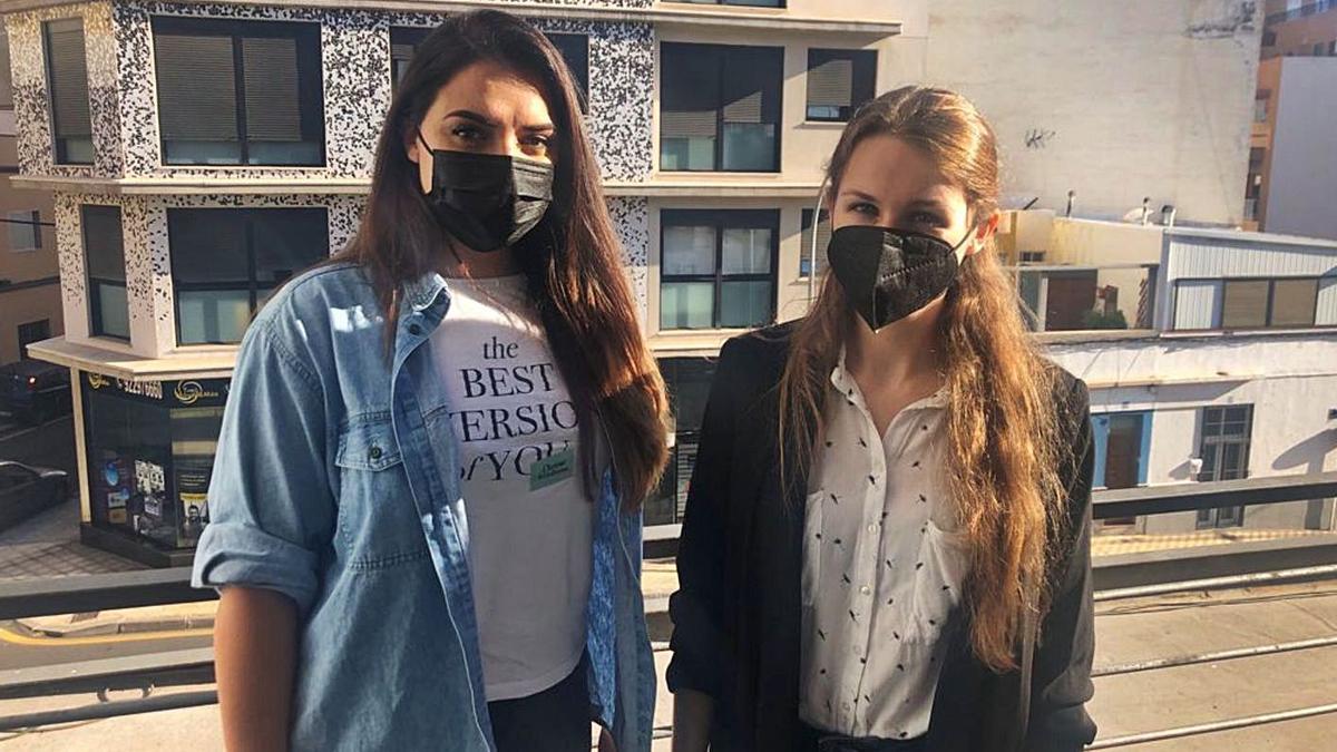 Tatiana Castañeda, izquierda, y Kelly Leonardo, promotoras de la protesta organizada.     E.D.