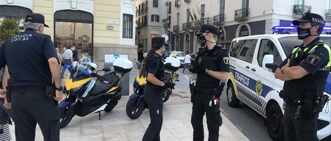 Agentes de la Policía Local de Alicante en la Explanada