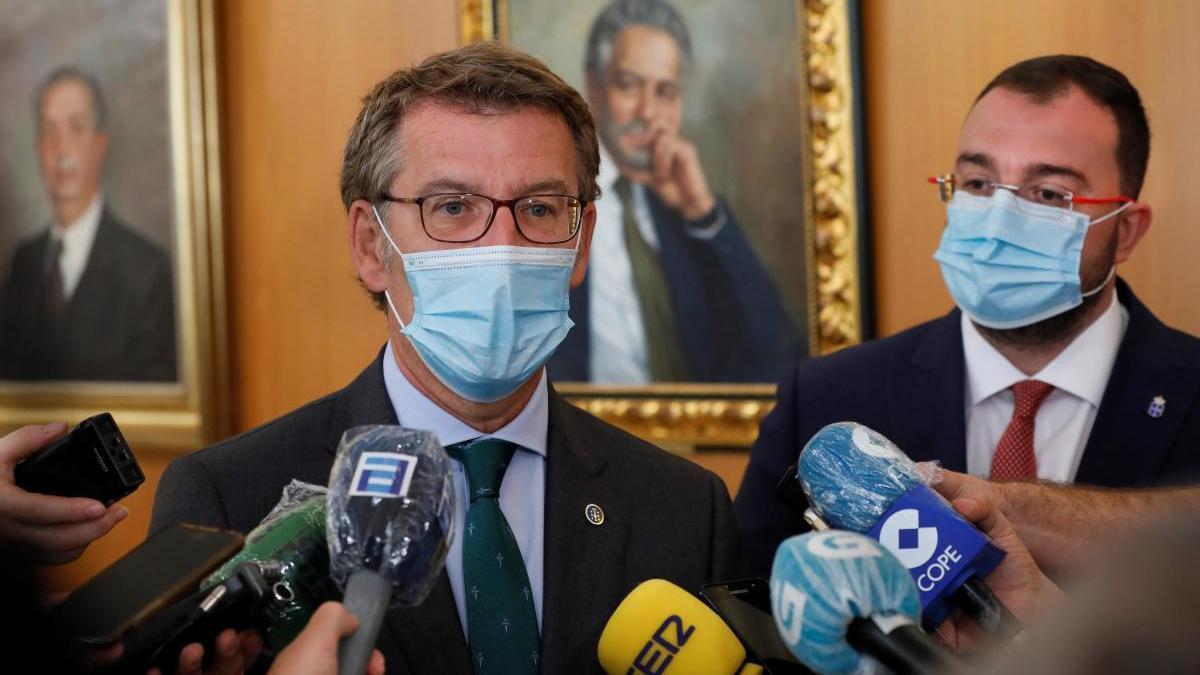 Feijóo y, al lado, Adrián Barbón, presidente del Principado de Asturias. // Alberto Morante (EFE)