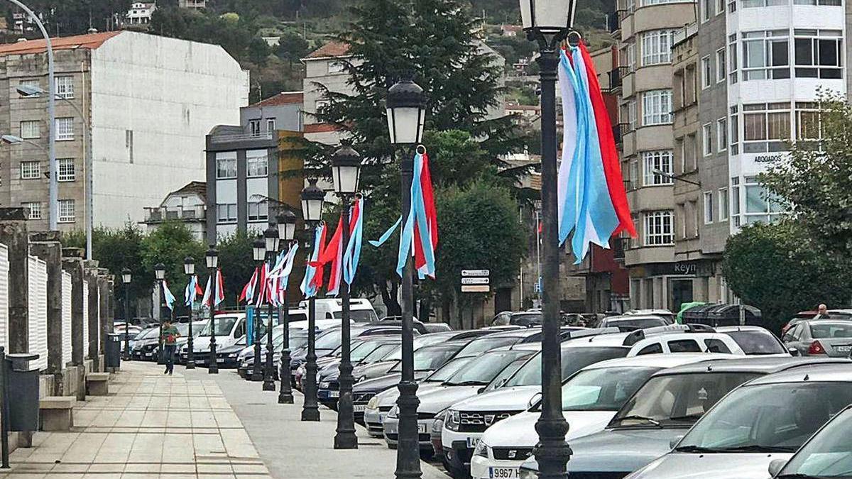 La Avenida de Ourense adornada con motivo de la festividad de San Miguel.