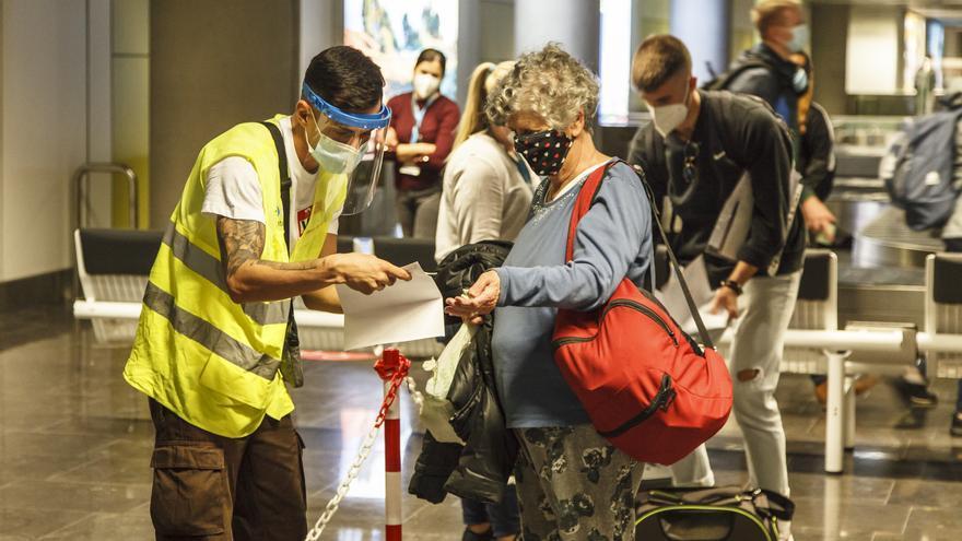 Sanidad prorroga hasta después de Semana Santa el control de COVID-19 a viajeros que lleguen a Canarias