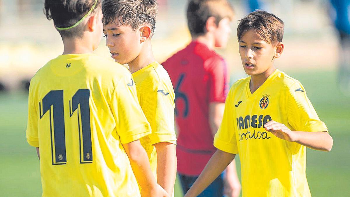 Los jugadores del Alevín A del Villarreal celebran un gol en el encuentro contra el Benicarló BF de este curso.
