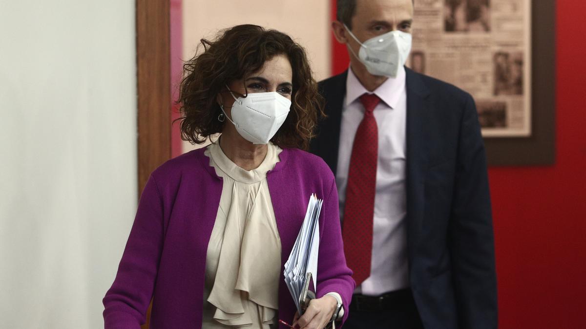 María Jesús Montero y Pedro Duque, antes de la rueda de prensa del Consejo de Ministros.