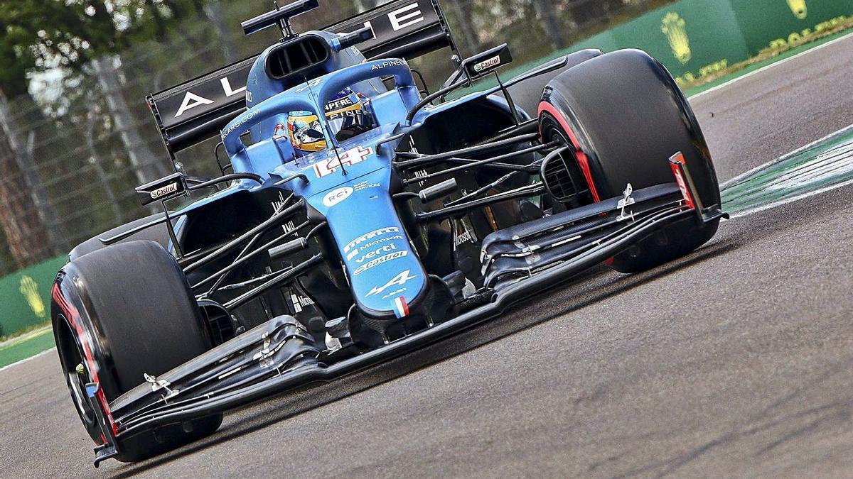 Fernando Alonso, a los mandos de su Alpine ayer en Imola. | |  EFE