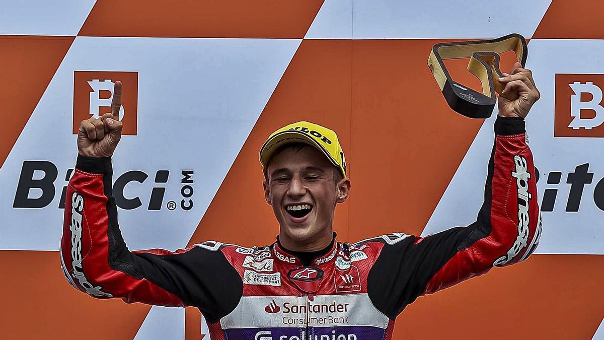 Sergio García celebra en lo alto del podio su tercera victoria del curso, y su quinto podio. | ASPAR TEAM