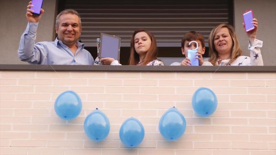 Los balcones se llenan de azul por el día del autismo
