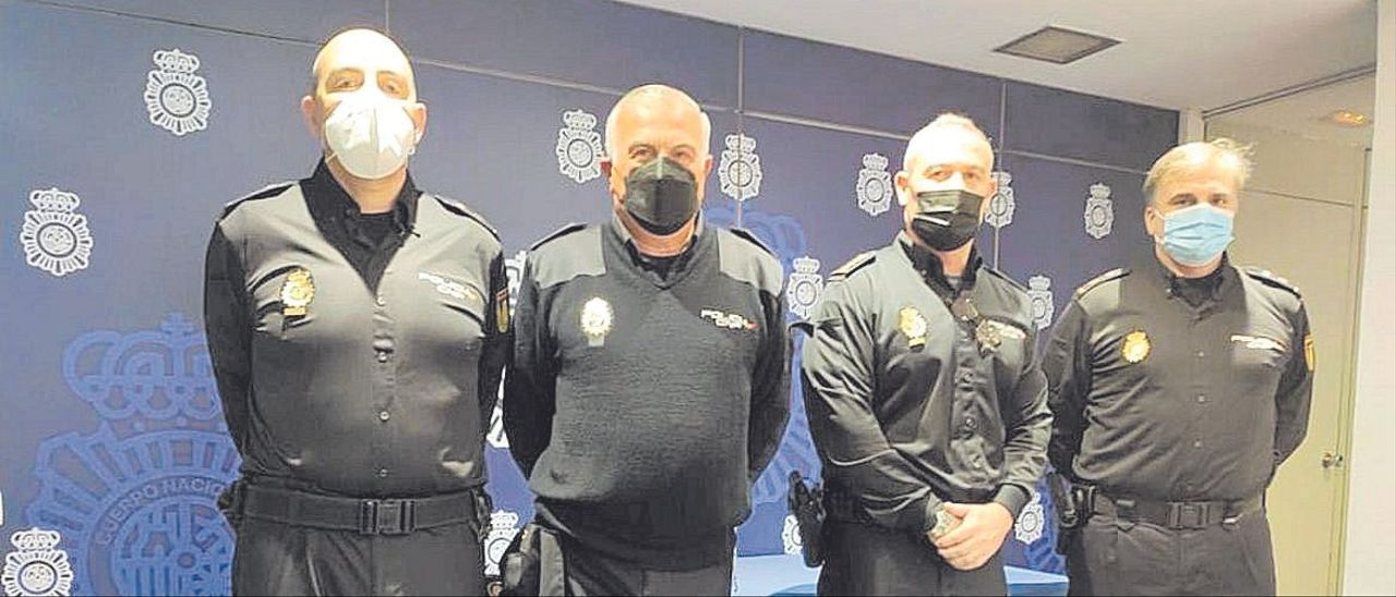 Los nuevos inspectores jefe, con el jefe superior, Gonzalo Espino, y el comisarío Santafé.