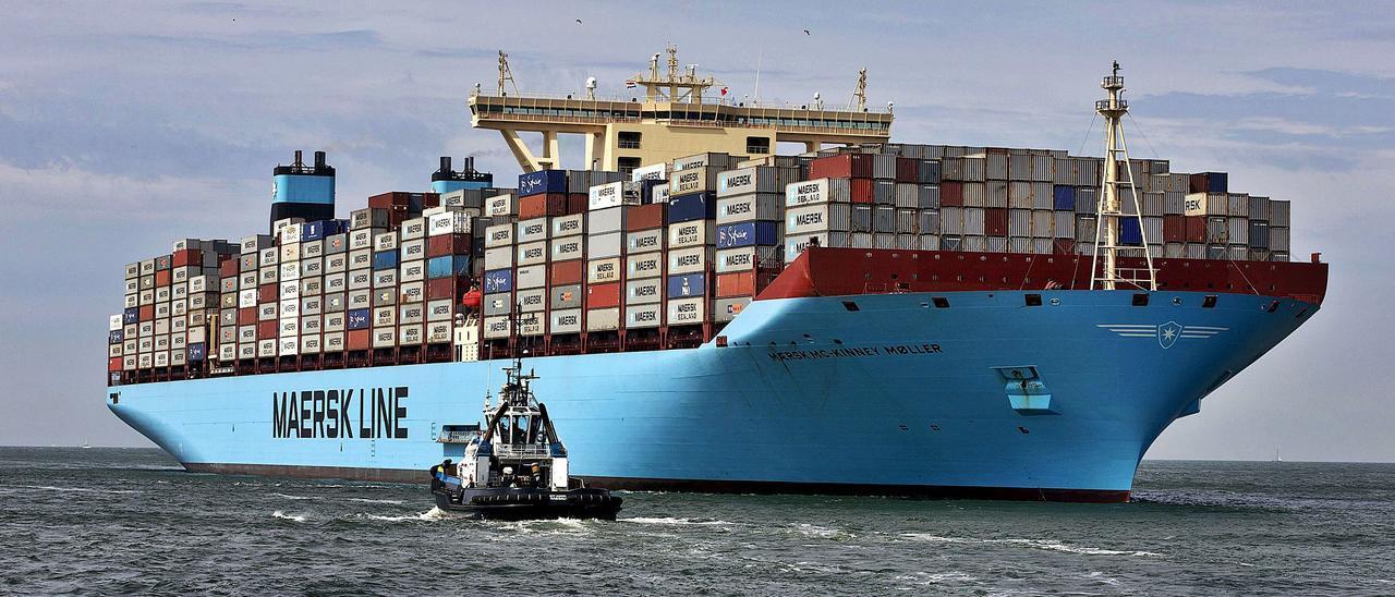 Buque de la multinacional danesa Maersk, navegando hacia el Puerto de Rotterdam. | REUTERS/MICHAEL KOOREN