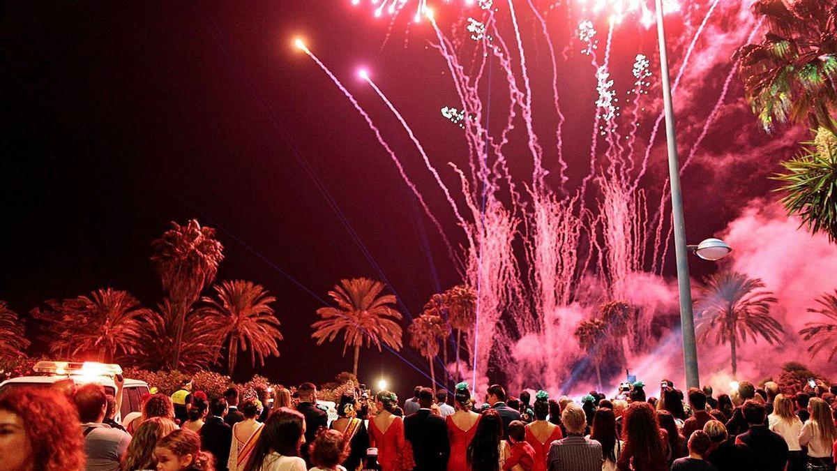 Vecinos observan los fuegos artificiales durante una edición de la Feria de San Pedro. | L. O.