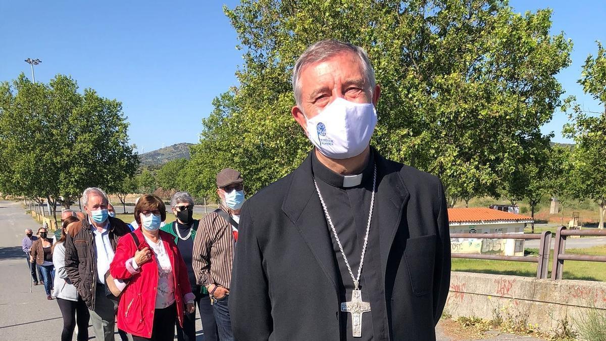 El obispo, en la cola para vacunarse.