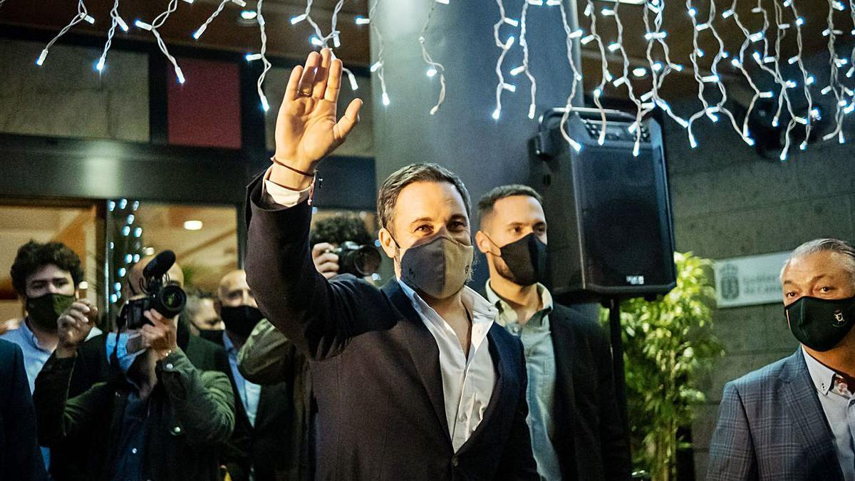 El líder de Vox, Santiago Abascal, saluda a sus simpatizantes en el Hotel Escuela de Santa Cruz. | | ANDRÉS GUTIÉRREZ