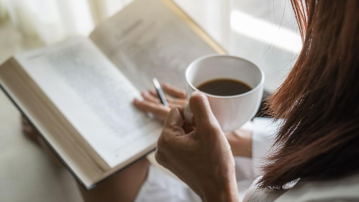 Un libro y un café.