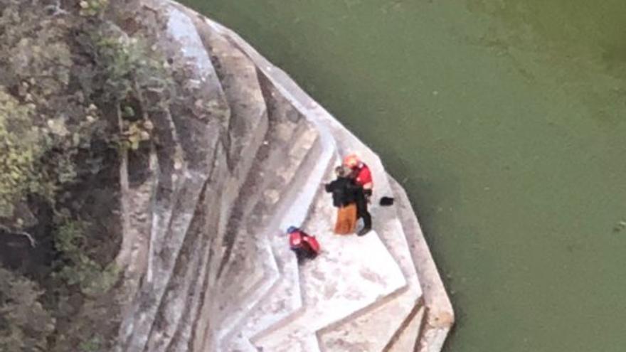 Rescatan en helicóptero a una senderista que sufrió una caída en una presa en Firgas