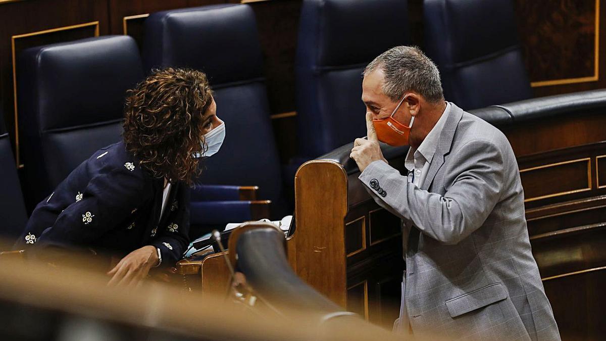 Montero dialoga amb Baldoví en un ple al Congrés. efe