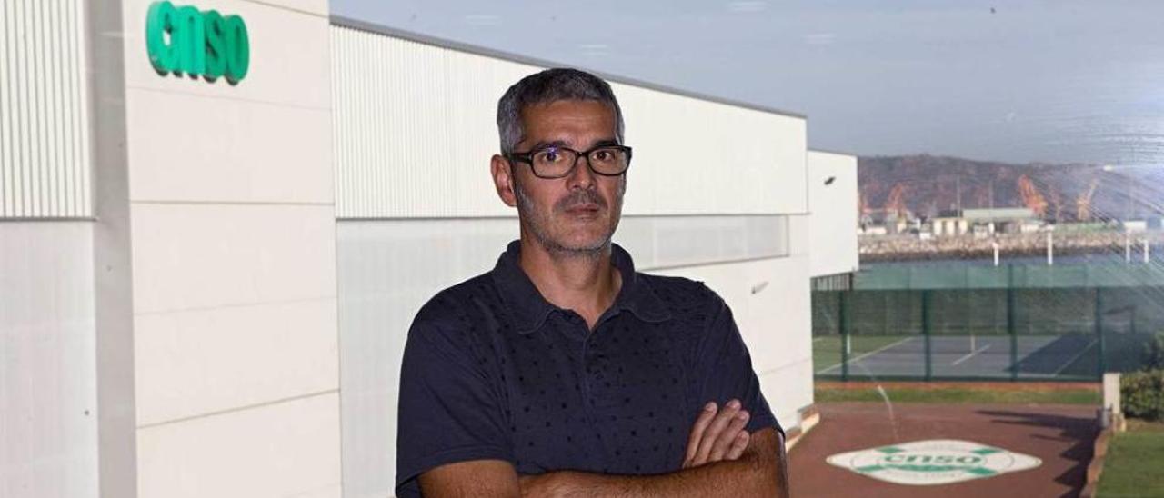 Pepín Rivera, en las instalaciones del club olayista, con el polideportivo a su espalda.