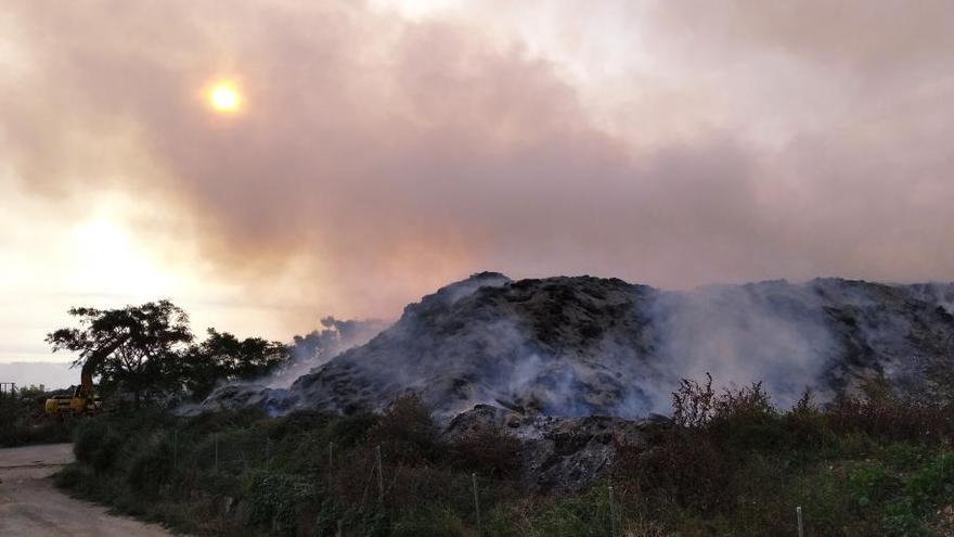 Un nuevo incendio en la planta de residuos verdes de Dénia genera una gran humareda