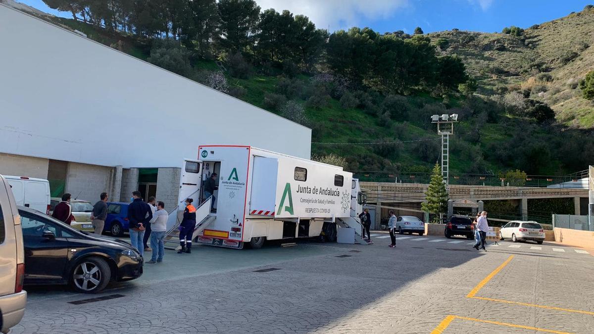 Varios vecinos espera su turno para hacerse el test de antígenos en la unidad móvil desplazada a Moclinejo.