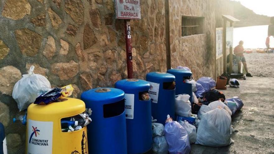 Incivismo en las calas de Xàbia: tiran bolsas de basura en las papeleras
