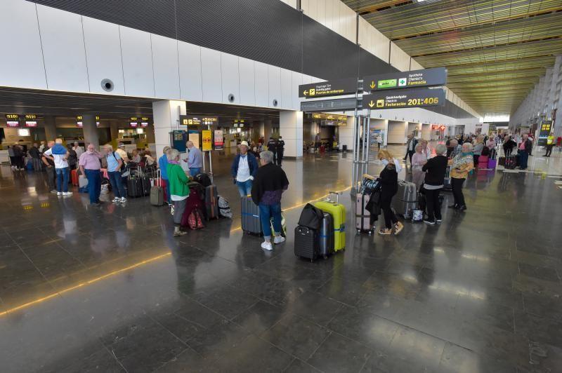 28-03-2020 TELDE. Colas de extrajeros que regresan a su pais, en el aeropuerto de Gran Canaria. Fotógrafo: Andrés Cruz    28/03/2020   Fotógrafo: Andrés Cruz