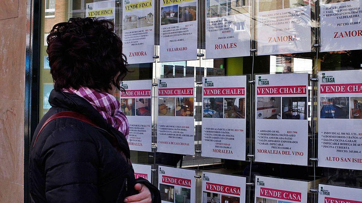 Una mujer observa la oferta de una inmobiliaria.