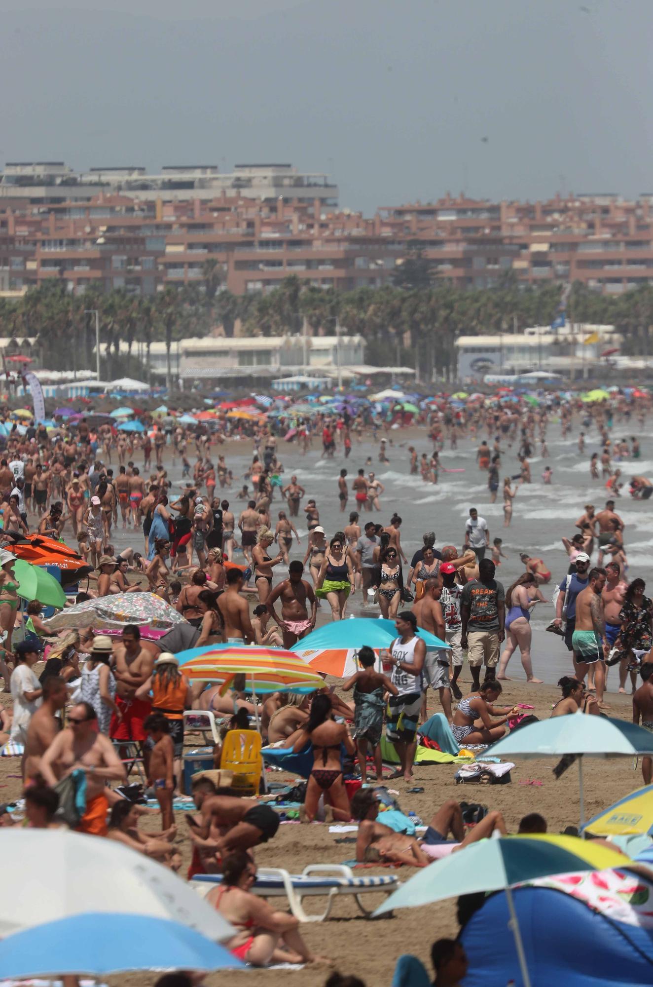 La playa y las terrazas, de nuevo, llenas